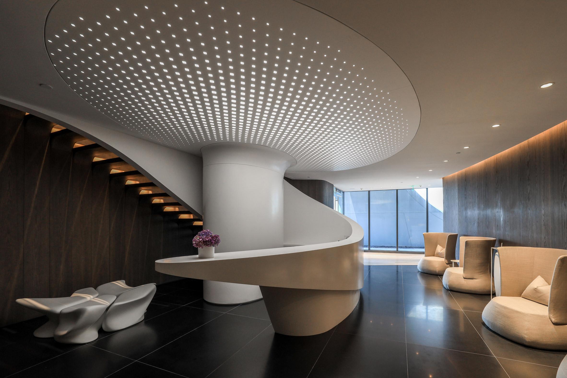 Thiết kế mặt cắt ấn tượng trên trần nhà là sự kết hợp mới lạ giữa trần xuyên sáng và trần đục lỗ Barrisol